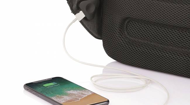 Telefonu şarj ediyor: Solar Panelli sort çantası