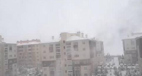 Tipi şeklinde kar yağmaya başladı